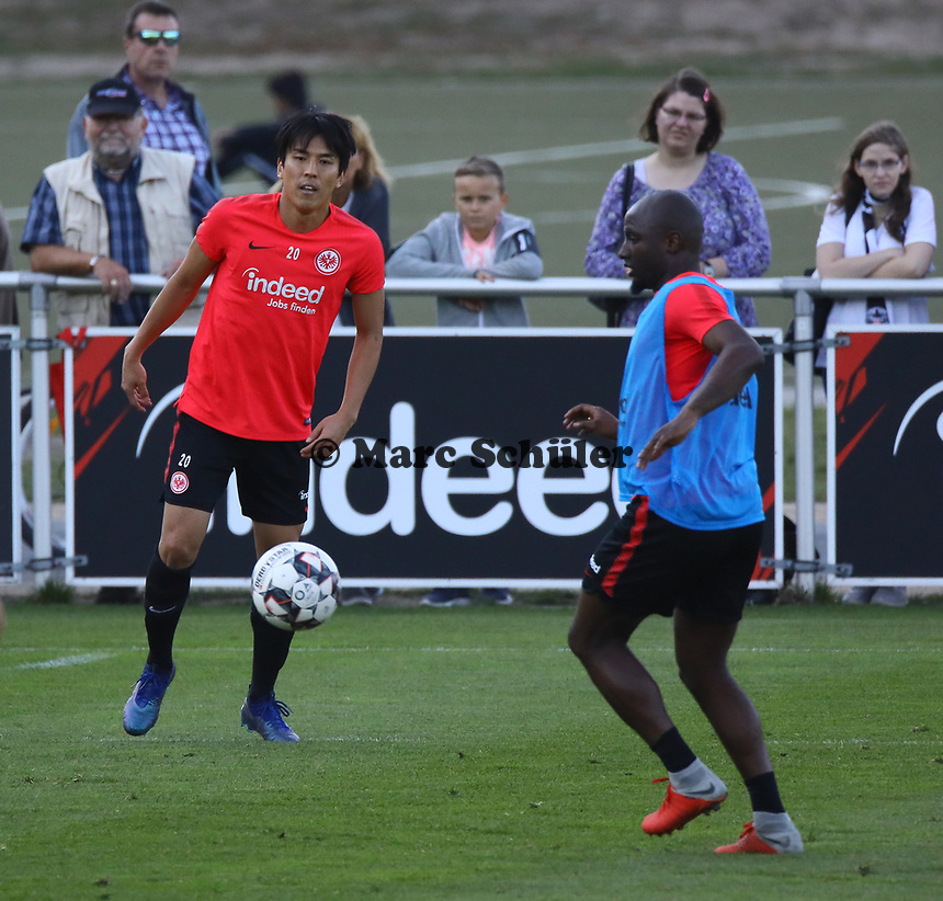 Makoto Hasebe (Eintracht Frankfurt), Jetro Willems (Eintracht Frankfurt) - 10.10.2018: Eintracht Frankfurt Training, Commerzbank Arena, DISCLAIMER: DFL regulations prohibit any use of photographs as image sequences and/or quasi-video.
