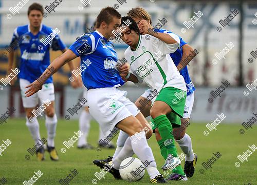2010-08-14 / Voetbal / seizoen 2010-2011 / Dessel Sport - KSV Roeselare / Mohamed El Idrissi (Dessel) wordt vast gezet..Foto: mpics