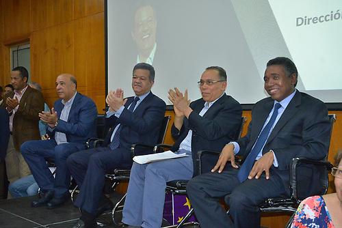 Leonel Fernández (c) con su equipo político.