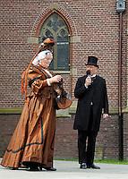 Westfriese Folkloredagen in Schagen. Sinds 1953 organiseert de Stichting ter Bevordering van de West-Friese Folklore de 10 West-Friese donderdagen. Deze donderdagen staan in het teken van o.a. leven, werken en kleden anno 1910. Klederdrachtdag. Vrouw en man in klederdracht uit Enkhuizen
