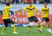 Fussball, 2. Bundesliga, Saison 2011/12, SG Dynamo Dresden - Alemannia Aachen, Sonntag (16.10.11), gluecksgas Stadion, Dresden. Dresdens Pavel Fort am Ball (M.), Cheikh Gueye (li.) und Romain Bregerie.