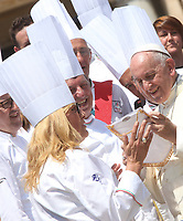 Papa Francesco saluta alcuni cuochi della Federazione Italiana Cuochi durante l'udienza generale del mercoledi' in Piazza San Pietro, Citta' del Vaticano, 20 giugno, 2018.<br /> Pope Francis greets some Italian chefs during his weekly general audience in St. Peter's Square at the Vatican, on June 20, 2018.<br /> UPDATE IMAGES PRESS/Isabella Bonotto<br /> <br /> STRICTLY ONLY FOR EDITORIAL USE