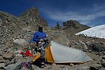Alpiniste au campement d Austrian Hutt (4790 m) devant la paroi du Nelion et Batian et le glacier Lewis.