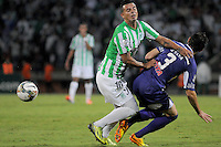 MEDELLÍN -COLOMBIA-08-05-2014. Edwin Cardona (Izq) de Atlético Nacional de Colombia disputa el balon con Gaston Silva (Der) de Defensor Sporting de Uruguay durante el partido de ida por los cuartos de final de la Copa Bridgestone Libertadores 2014 jugado en el estadio Atanasio Girardot de Medellín, Colombia./ Edwin Cardona (L) player of Atletico Nacional of Colombia battles for the ball with Gaston Silva (R) of Defensor Sporting of Uruguay during first leg match for the quaterfinals of the Copa Libertadores championship 2014 played at Atanasio Girardot stadium in Medellin, Colombia. Photo: VizzorImage/ Luis Ríos /STR