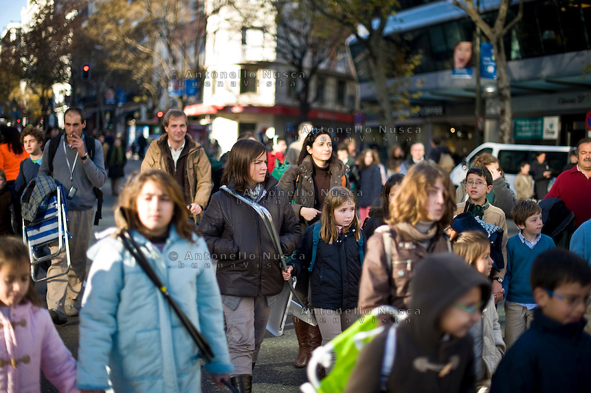Centinaia di migliaia di fedeli si sono radunati nel centro di Madrid per la Messa organizzata per sostenere i valori tradizionali della famiglia..Hundreds of thousands of people gathered in the centre of Madrid for a Mass aimed at promoting traditional family values.