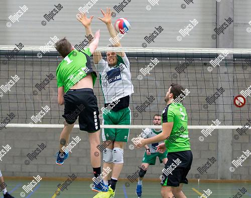 2017-03-18 / Volleybal/ seizoen 2016-2017 / Mendo - Avoc Achel  / Wouter Gijsemans (1. Mendo) test het blok van Wouter Verhees  ,Foto: Mpics.be