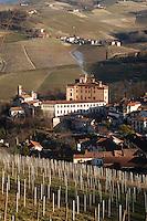 - Langhe hills, vineyards panorama with Barolo village and the Falletti castle....- colline delle Langhe, panorama di vigneti con il paese di Barolo e il castello Falletti