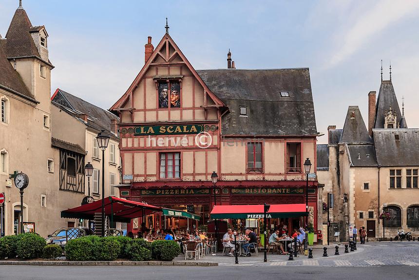 France, Cher (18), Bourges, restaurant de la Place Planchat le soir et l'Hôtel Cujas à droite // France, Cher, Bourges, pizzeria in Planchat square and Hotel Cujas right