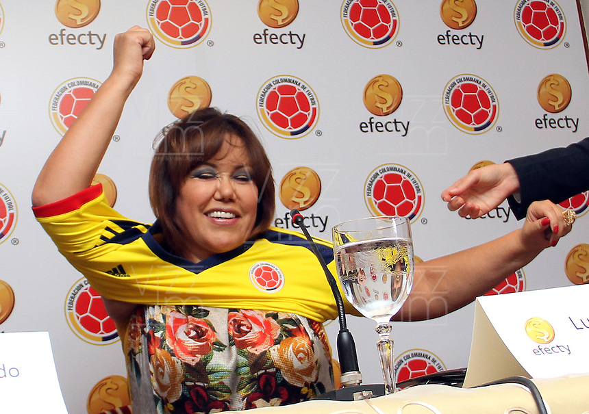 BOGOTA-COLOMBIA-13-03-2013. La presidenta de Efecty , Luz Mary Guerrero recibe la camiseta de la selección Colombia de  mayores como nueva integrante de la selección  por parte de  Luis Bedoya  presidente de la Federación  Colombiana de Fútbol  durante la firma de alianza de Efecty con  la Federación de Fútbol  como colaborador y patrocinador de la selección colombiana de fútbol de mayores . The president of Efecty, Mary Luz Guerrero receives the Colombia national team jersey higher as new member of the team, by president Luis Bedoya Colombian Football Federation during Efecty firm alliance with the Football Association as a collaborator and sponsor of the largest Colombian football .  Photo / VizzorImage / Felipe Caicedo / Staff