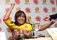 BOGOTA-COLOMBIA-13-03-2013. La presidenta de Efecty , Luz Mary Guerrero recibe la camiseta de la selección Colombia de  mayores como nueva integrante de la selección  por parte de  Luis Bedoya  presidente de la Federación  Colombiana de Fútbol  durante la firma de alianza de Efecty con  la Federación de Fútbol  como colaborador y patrocinador de la selección colombiana de fútbol de mayores . The president of Efecty, Mary Luz Guerrero receives the Colombia national team jersey higher as new member of the team, by president Luis Bedoya Colombian Football Federation during Efecty firm alliance with the Football Association as a collaborator and sponsor of the largest Colombian football .  Photo / VizzorImage / Felipe Caicedo / Staff