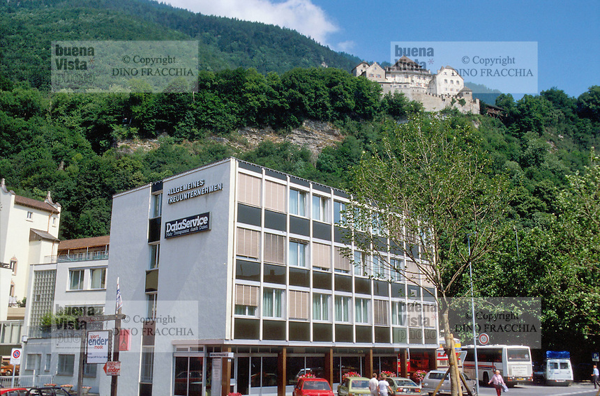 - principality of Liechtenstein,  commercial downtown and Prince's castle....- Principato del  Liechtenstein, centro città commerciale e castello del Principe