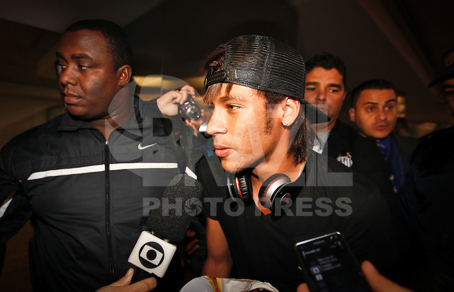 GUARULHOS, SP, 10 JUNHO 2012 - DESEMBARQUE SELEÇÃO BRASILEIRA - Jogador Neymar da selecao brasileira durante desembarque na manha desse domingo no Aeroporto Internacional de Guarulhos Governador André Franco Montoro apos amistoso contra as seleções USA, Mexico e Argentina nos Estados Unidos. FOTO: VANESSA CARVALHO - BRAZIL PHOTO PRESS.