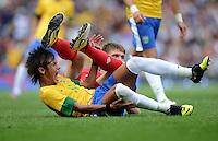 Olympia 2012 London  Fussball  Maenner   29.07.2012 Brasilien - Weissrussland NEYMAR (li, Brasilien) liegt nach dem Foul verletzt am Boden nach dem Zweikampf mit Igor KUZMENOK (Belarus)