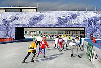 De Coolste Baan van Nederland. Tijdelijke IJsbaan in het Olympisch Stadion in Amsterdam. Schaatsen onder  een kopie van de Elfstedenbrug