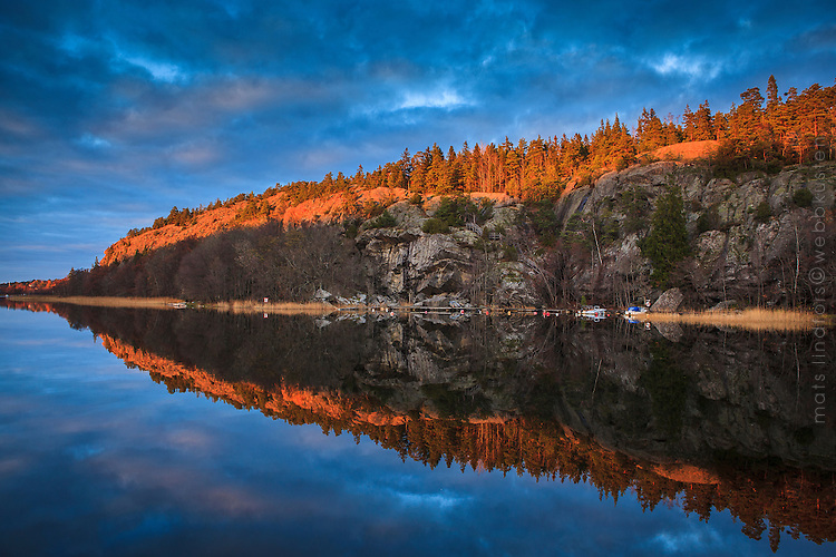 Vattenspegling i Kalvfjärden  på hösten vid Klövberget på Tyresö-Brevik.