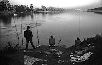 Castelnuovo Bocca d'Adda (Lodi), località Brevia. Pescatori alla confluenza del fiume Adda nel Po --- Castelnuovo Bocca d'Adda (Lodi). Fishermen at the confluence of the river Adda in the Po