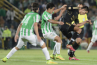 BOGOTÁ -COLOMBIA-01-11-2014. Norbey Salazar (Der) jugador de Fortaleza FC disputa el balón con Diego Alejandro Arias (C) jugador de Atlético Nacional durante partido por la fecha 17 de la Liga Postobón II 2014 jugado en el estadio Nemesio Camacho El Campín en Bogotá./ Norbey Salazar (R) player of Fortaleza FC stuggles for the ball with Diego Alejandro Arias (L) player of Atletico Nacional during the match for the 17th date of Postobon League II 2014 played at Nemesio Camacho El Campin stadium in Bogo. Photo: VizzorImage / Gabriel Aponte / Staff