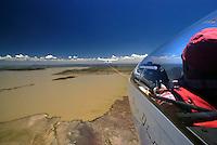 Flugzeugschlepp: AFRIKA, SUEDAFRIKA, 15.12.2007: Suedafrika,  Gariep, Gariepdam, Stausse, Wasser, Flugzeugschlepp, Seil, ziehen, Schleppen, Flugplatz, Gariepdam, Flugzeug, Segelflugzeug, fliegen, Karoo, Wueste, Cockpit, Mann, Aussenansicht, Haube, Duo Diskus, Doppelsitzer,  Instrumente, Luftbild, Luftansicht, Aufwind-Luftbilder