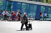 Nederland Rotterdam  2018. Vrouw met rollator bij Centraal station in Rotterdam. Foto Berlinda van Dam / Hollandse Hoogte