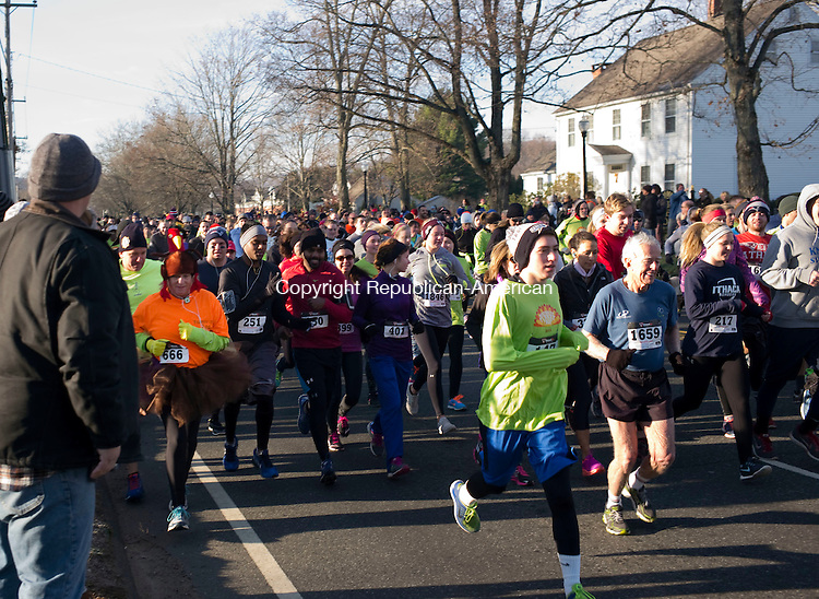 Southbury, CT- 26 November 2015-112615CM03-  Runners take off, during the start of the annual Southbury Women's Club Turkey Trot on Thursday.  Over 2,000 runners completed in the event, which will benefit local charities including the Southbury Food, Southbury Needy Fund and the Fuel Banks.    Christopher Massa Republican-American