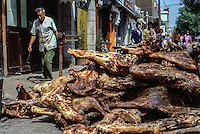Cina, 1986, carne accatastata su un marciapiede<br />
