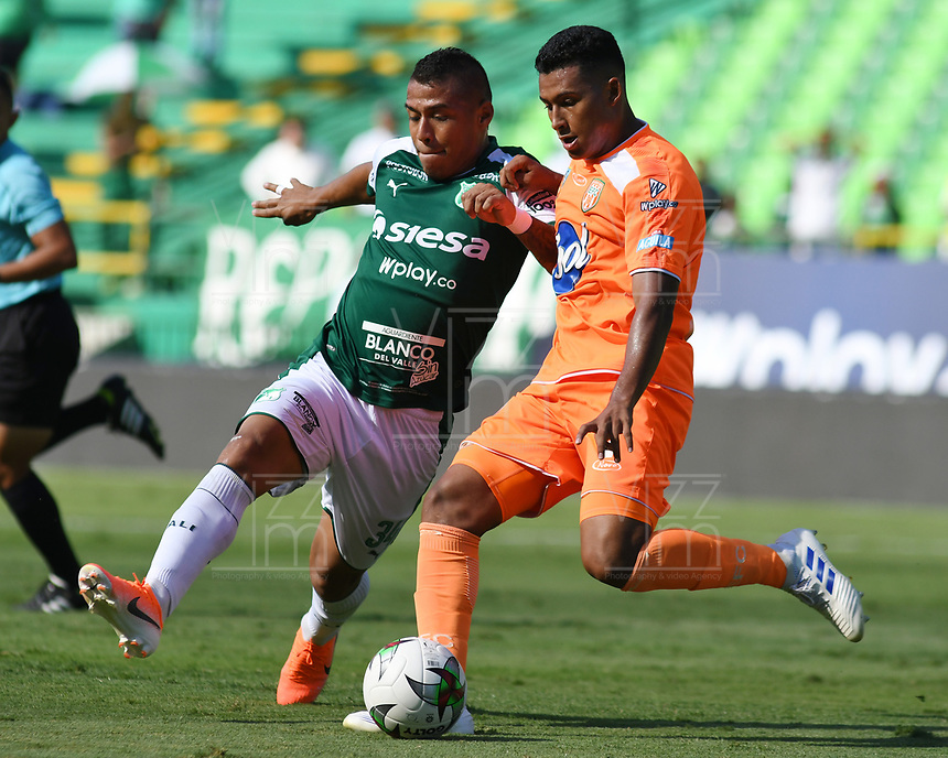 PALMIRA - COLOMBIA, 05-05-2019: Cesar Amaya del Cali disputa el balón con Santiago Ruiz de Envigado durante partido entre Deportivo Cali y Envigado F.C. por la fecha 20 de la Liga Águila I 2019 jugado en el estadio Deportivo Cali de la ciudad de Palmira. / Cesar Amaya of Cali vies for the ball with Santiago Ruiz of Envigado during match between Deportivo Cali and Envigado F.C. for the date 20 as part of Aguila League I 2019 played at Deportivo Cali stadium in Palmira city .  Photo: VizzorImage/ Nelson Rios / Cont