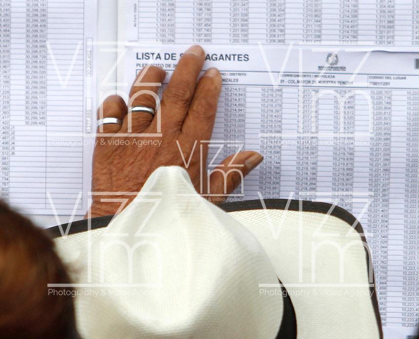 MANIZALES - COLOMBIA - 02 - 10 - 2016: Ciudadanos acuden a las urnas para votar durante el Plebisto, escribiendo un nuevo capitulo en la historia del pais. Hoy los colombianos acuden a las urnas para decir SI o NO al acuerdo de Paz firmado entre el Gobierno y las Fuerzas Armadas Revolucionarias de Colombia Ejercito del Pueblo (FARC-EP) / Citizens go to the polls to vote writing a new chapter in the history of the country. Today Colombians go to the polls to say YES or NO to the peace agreement signed between the government and the Revolutionary Armed Forces of Colombia People's Army (FARC-EP) Photo: VizzorImage / Santiago Osorio / Cont.