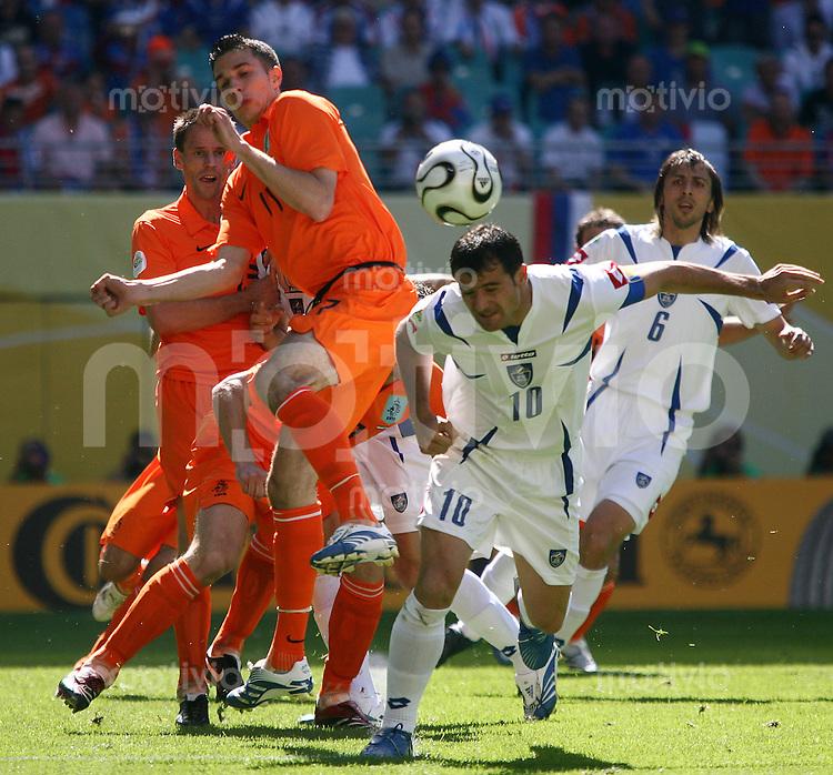 Fussball WM 2006  Gruppenspiel  Vorrunde  Gruppe C Spiel 6 Serbien Montenegro - Holland Serbia and Montenegro - Netherlands  Andre OOIJER (l) und Robin VAN PERSIE (beide NED) gegen Dejan STANKOVIC und Goran GAVRANCIC (beide SCG).