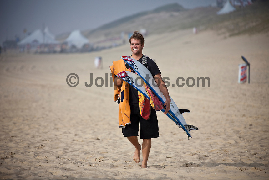 """Seignosse, France Tuesday 22 September 2009. The World Pro Surfers (WPS) held their 'Surf with the Pros"""" afternoon today on the beach at VVF.  Over 50 young local surfers, both male and female took advantage of the chance to surf with touring professional surfers.  Damien and CJ Hobgood (USA), Nathaniel Curran, (USA), Bede Durbidge (AUS), Michael Campbell (AUS)and Tom Whitaker (AUS) were amongst the surfers who attended. Photo: joliphotos.com"""