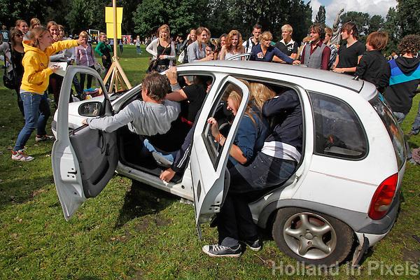 Intreeweek van studenten. Wedstrijd autoproppen.