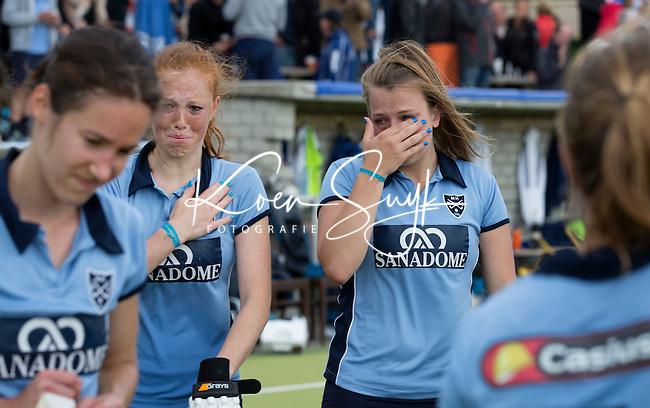 NIJMEGEN -  Teleurstelling bij oa aanvoerder Kim van Roosmalen (l) en Isaline Kroon (r)  van Nijmegen na het missen van de promotie naar de hoofdklasse.   Pinoke wint de derde en beslissende play out wedstrijd van Nijmegen met 3-0 en blijft hierdoor in de hoofdklasse.  COPYRIGHT KOEN SUYK
