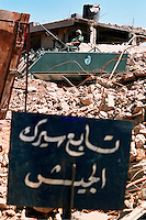 BENT JBEIL / SUD LIBANO -  SETT.2006.BLINDATO DELL'ESERCITO LIBANESE TRA LE MACERIE DELLE CASE DISTRUTTE DAI BOMBARDAMENTI ISRAELIANI..IL CARTELLO IN PRIMO PAINO SEGNALA IL PERICOLO DI ORDIGNI INESLOSI TRA LE MACERIE..FOTO LIVIO SENIGALLIESI..BENT JBEIL / SOUTH LEBANON -  SEPT.2006.LEBANESE ARMY ARMORED VEICLE IN A VILLAGE DESTROYED BY ISRAELI TROOPS DURING THE CONFLICT OF 2006. ON THE PLATE WRITTEN IN ARABIC LANGUADE THE WARNING OF UXO AMONG THE RUINS..PHOTO LIVIO SENIGALLIESI