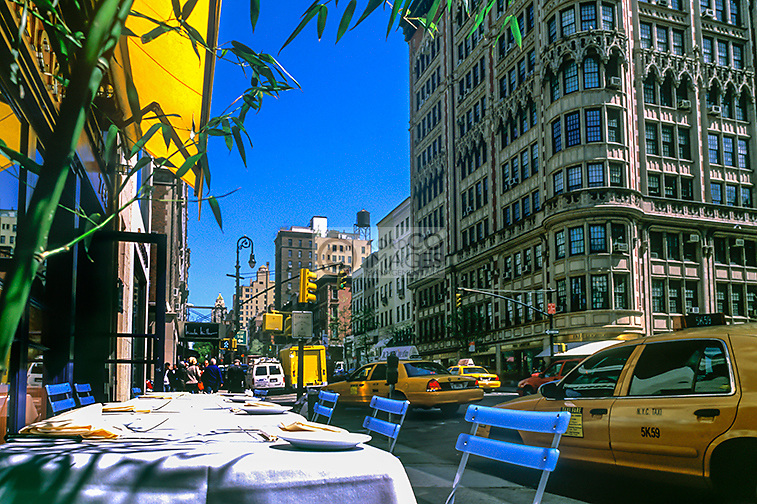 OUTDOOR TABLES CAFE MADISON AVENUE MIDTOWN MANHATTAN NEW YORK CITY USA