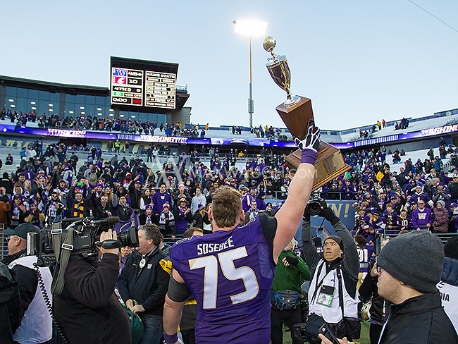 Jesse Sosebee hoists the Apple Cup trophy.