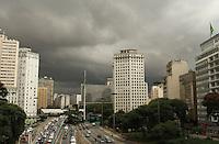 SÃO PAULO, SP, 13 MARCO 2013 - CLIMA TEMPO SP -  O ceu encontra-se fechado com nuvens carregadas indicando chuva forte nesse final de tarde no Anhangabau regiao central da capital nessa quarta-feira, 13. (FOTO:LEVY RIBEIRO / BRAZIL PHOTO PRESS).