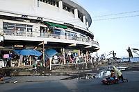 Vue de l'extérieur de l'astrodrôme ou vit maintenant la famille Verzuza avec un vingtaine d'autres familles. Tacloban, Novembre 2013. VIRGINIE NGUYEN HOANG