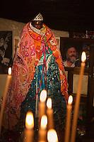 Europe/France/13/Bouches du Rhone/Camargue/Parc Naturel Régionnal de Camargue/Saintes Maries de la Mer: Dans la crypte de l'église, lors du Pélerinage les gitans célèbrent Sainte Sara, la Vierge Noire