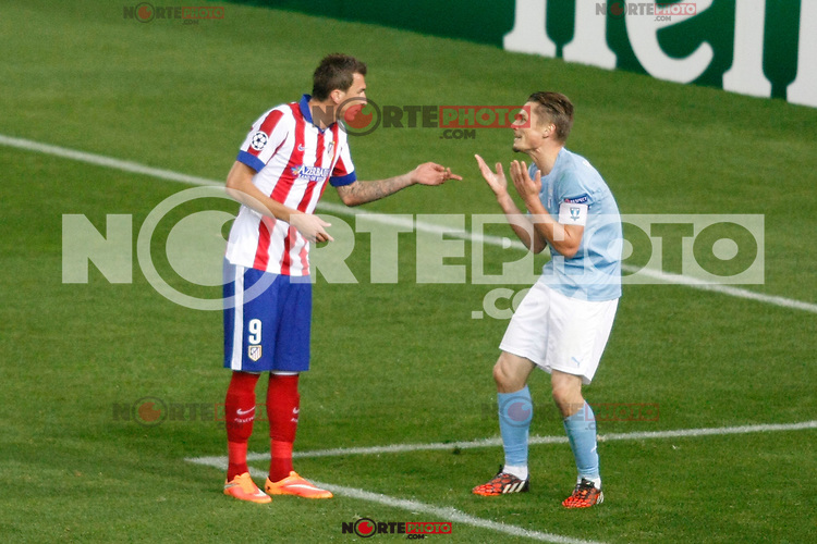 Atletico de Madrid´s Mandzukic (L) and Malmo´s Halsti during Champions League soccer match between Atletico de Madrid and Malmo at Vicente Calderon stadium in Madrid, Spain. October 22, 2014. (ALTERPHOTOS/Victor Blanco)