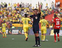 BUCARAMANGA-COLOMBIA-31-01-2016. Andres Rojas, arbitro, señala una falta durante el encuentro entre Atlético Bucaramanga e Independiente Medellín en partido por la fecha 1 de la Liga Águila I 2016 jugado en el estadio Alfonso López de la ciudad de Bucaramanga./ Andres Rojas, referee, awards for a foul during a match between Atletico Bucaramanga and Independiente Medellin for the date 1 of the Aguila League I 2016 played at Alfonso Lopez stadium in Bucaramanga city. Photo: VizzorImage / Duncan Bustamante / Cont