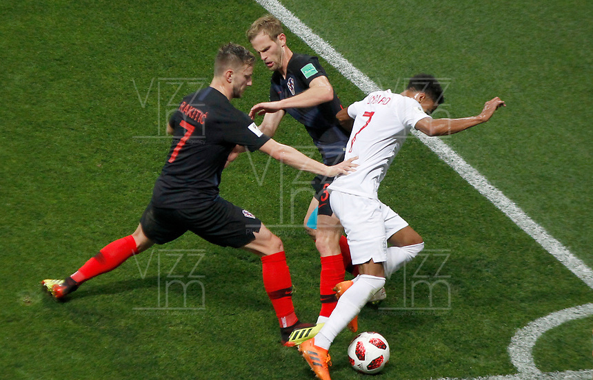 MOSCU - RUSIA, 11-07-2018: Ivan RAKITIC (Izq) y Ivan STRINIC (C) jugadores de Croacia disputan el balón con Jesse LINGARD (Der) jugador de Inglaterra durante partido de Semifinales por la Copa Mundial de la FIFA Rusia 2018 jugado en el estadio Luzhnikí en Moscú, Rusia. / Ivan RAKITIC (L) and Ivan STRINIC (C) players of Croatia fight the ball with Jesse LINGARD,  (R) player of England during match of Semi-finals for the FIFA World Cup Russia 2018 played at Luzhniki Stadium in Moscow, Russia. Photo: VizzorImage / Julian Medina / Cont