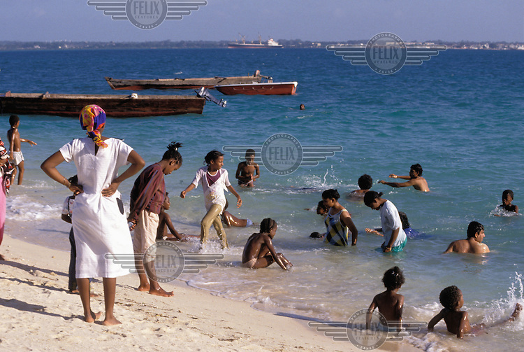 © Penny Tweedie / Panos Pictures..Zanzibar, TANZANIA..Kids playing on the beach.