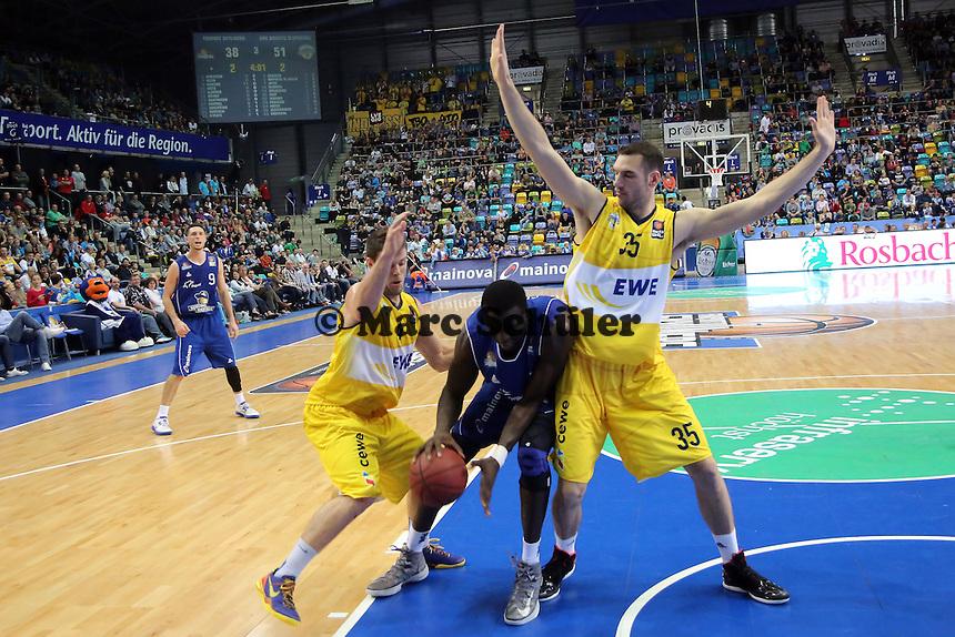 Aziz N'Diaye (Skyliners) gegen Chris Kramer und Andrea Crosariol (EWE) - Fraport Skyliners vs. EWE Baskets Oldenburg, Fraport Arena Frankfurt