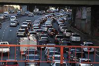 SAO PAULO, SP, 08 MAIO 2013, TRANSITO SAO PAULO -Transito intenso na ligação Leste/Oeste no bairro da Liberdade, na manha desta quarta-feira, 08. FOTO: LUIZ GUARNIERI/BRAZIL PHOTO PRESS.