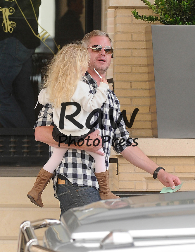 Eric Dane y sus hijas han salido de compras en Beverly Hills.<br /> <br /> Photo &copy;2014: The Grosby Group<br /> <br /> Los Angeles, December 24, 2014<br /> Eric Dane got some last-minute holiday shopping assistance from his daughters, Georgia and Billie, during their Christmas Eve visit to Barneys New York in Beverly Hills, CA.