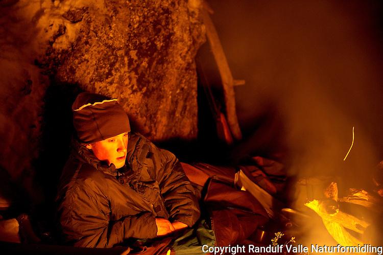 Bålfyring under åpen himmel i Pasvik. ---- Camp fire in Pasvik, Norway.