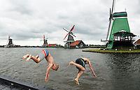 Zwemmen in open water bij Zaanse Schans. Molens aan de Zaan