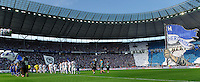 Fussball Bundesliga Saison 2011/2012 1. Spieltag Hertha BSC Berlin - 1. FC Nuernberg Die Mannschaften beim Einlauf, Rechts Fanchoreographie.