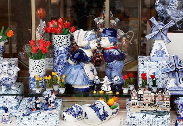 Delft- Delftsblauw aardewerk in een souvenirwinkel