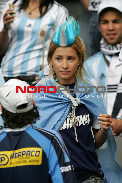 FIFA WM 2006 - Quarter-finals / Viertelfinale<br /> Play #57 (30-Jun) - Germany vs Argentina.<br /> Female supporters from Argentina celebrate prior to the match of the World Cup in Berlin.<br /> Foto &copy; nordphoto