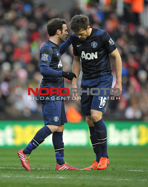 Manchester United's Juan Mata talks with Manchester United's Michael Carrick  -  01/02/2014 - SPORT - FOOTBALL - Britannia Stadium - Stoke-On-Trent - Stoke v Manchester United - Barclays Premier League<br /> Foto nph / Meredith<br /> <br /> ***** OUT OF UK *****